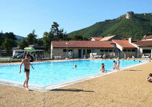 Village vacances le domaine du roc nantais location nant for Piscine municipale millau